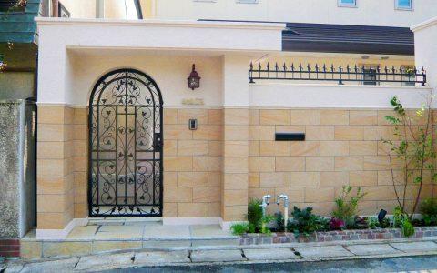 オリジナル門扉が美しい