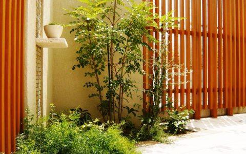 視線を遮る縦格子 ナチュラルモダンなお庭